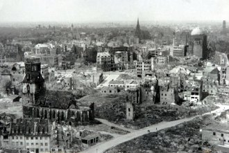 Taken in 1943, this image shows a view of the destroyed city from Hanover's market church church. The entire country was buried under rubble - more than 400 million cubic meters of it alone. Additional damaged buildings were to be demolished, and still others were destroyed to make way for reconstruction.