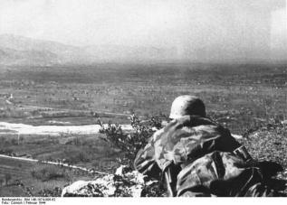 Fallschirmjäger overlooking the valley of Cassino, 1944.