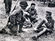 A soldier of the US Army speaks with a Captured Mountaineer (Lieutenant) of the Wehrmacht in France.