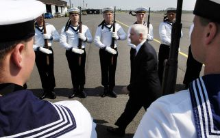 Wachbataillon personnel in Navy uniforms greet U.S. Defense Secretary Robert M. Gates as he arrives in Berlin on 25 April 2007.