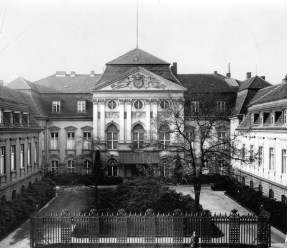 The main building and the small courtyard of the Old Reich Chancellery at its former location on Wilhelmstraße (now demolished).