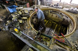 A technician removes parts from a Bundeswehr Gepard anti-aircraft cannon tank.
