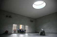 Inside post-reunification Neue Wache, showing the Käthe Kollwitz sculpture Mother with her Dead Son and the oculus, which exposes it to the elements.