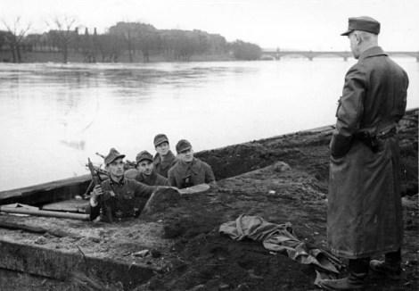 Volkssturm defending the Oder River, February 1945. Zentralbild II.Weltkrieg 1939-1945 Männer eines Volkssturmbattaillons in Frankfurt (Oder) haben eine Verteidigungsstellung am Fluss besetzt. 12.2.1945 Scherl Bilderdienst, Fotograf: Pincornelly