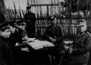 206th Infantry Division's commander, Alfons Hitter (second from right) and Gollwitzer surrender to the Soviet forces.