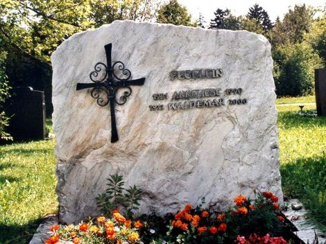 The community grave Waldemar and Anneliese Fegeleins.