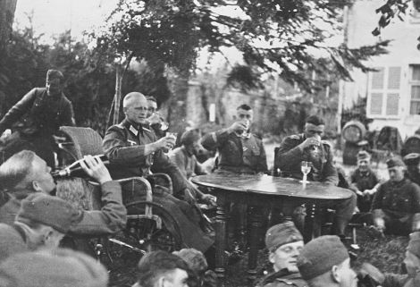 Erwin Koopmann in the circle of his comrades.