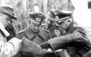 From the left (in strategic conversation): Lieutenant General Ralph Graf von Oriola (Commander 299th Infantry Division), Colonel Karl Fabiunke (Commander 129th Infantry Division), Colonel General Walter Model (Commander in Chief of the 9th Army ), Major General Johann-Heinrich Eckhardt (Commander 211st Infantry Division) and Lieutenant-General Johann-Georg Richert (Commander 286th Fuse Division) in the fall of 1943.
