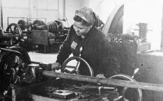 Woman with OST-Arbeiter badge at the IG Farben plant.