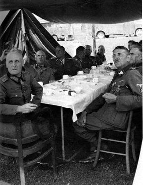 """General der Infanterie Rudolf Lüters besucht SS-Gruppenführer und Generalleutnant der Waffen-SS Artur Phleps (mit der Odalrune der """"Prinz Eugen"""" am Ärmel) an der Front in Gacko, 7. Juni 1943."""