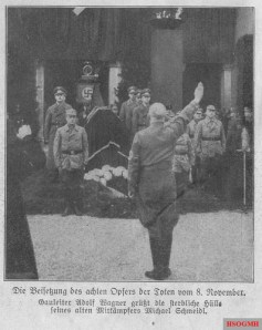 Gauleiter Adolf Wagner greets the mortal remains of his old fellow campaigner Michael Schmeidl , who was killed in the bourgeois bailout.