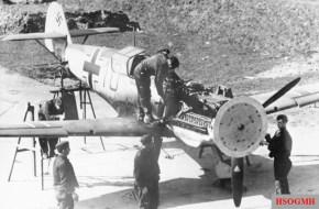 Adjusting the machine guns of a Messerschmitt Bf 109 E-1 of the Jagdgeschwader 3 (JG 3).