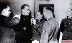 Max Wünsche is promoted; v. l. n. r .: Kurt Meyer , Max Wünsche, Sepp Dietrich , Heinrich Himmler, and Hubert Meyer.