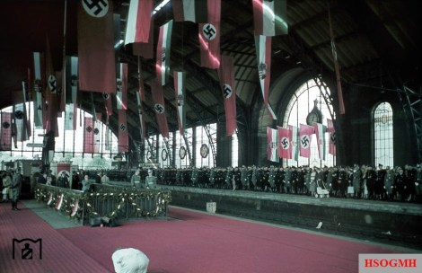 Last preparations for a state visit by the Hungarian regent Miklós Horthy. While the invited guests have already begun to receive, a worker is still employed in the foreground with recent work on the red carpet. The picture was taken in 24 August 1938 by Walter Hollnagel.