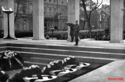Hitler honors the martyrs.