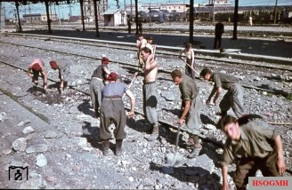 Obviously, Italian prisoners of war had been assigned to removed the damage to the railway tracks in Verona with simple means. The picture was taken in August 1944 by Walter Hollnagel.