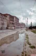 Even the dreariness tried to give an artistic painting, as in this reflection of a row of houses near the railway station of Ancona, from which are only the external facades. The picture was taken by Walter Hollnagel in June 1944.