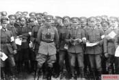 General Hans von Seeckt, Chief of the Reichswehr together with infantrymen at a Reichswehr maneuver in Thuringia, 1926.