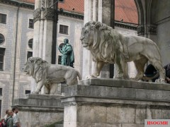 Lions at the Feldherrnhalle by Wilhelm von Rümann.