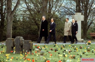 Federal Chancellor Helmut Kohl, General D. Johannes Steinhoff, President Ronald Reagan and General D. Matthew B. Ridgway at the war cemetery Bitburg-Kolmeshöhe on 5 May 1985. Kohl and state guest Reagan laid wreaths at the central monument of the war cemetery. On the visit to Bitburg, a debate ensued on the part of the left, because in addition to German Wehrmacht members and VS-American soldiers, fallen members of the Waffen-SS also rest there.