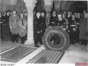 Heinrich celebration in 1938: Himmler lays a wreath at the grave of Henry I in the Collegiate Church Quedlinburg.