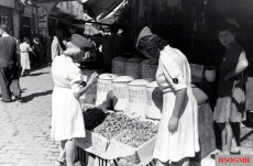 Wehrmachtshelferinnenkorps in Summer uniform while shopping in conquered Greece, 1941.