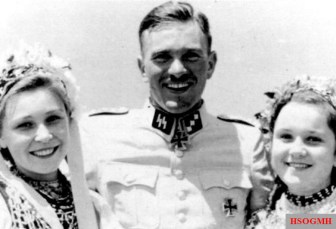 SS-Obersturmführer Gerhard Bremer on the Sea of ​​Azov with Ukrainians in costume, Summer 1942.