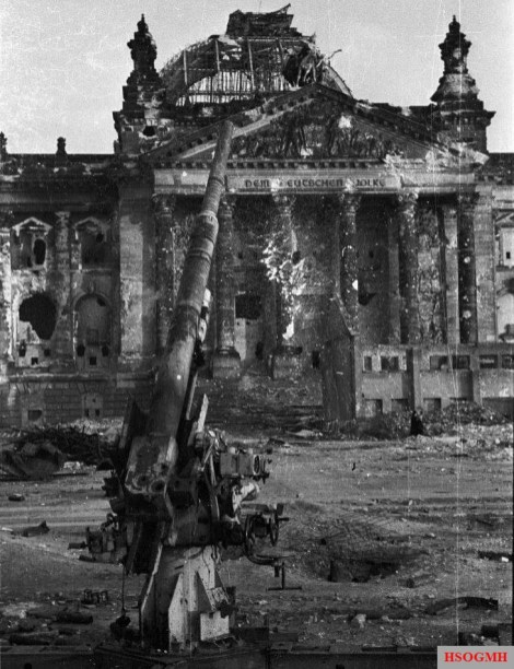 An 88 Flak Gun in front of the decimated Reichstag.