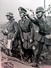 Reporting to the division commander, Orel area, 1941. From left to right: Oberstleutnant Alexander Conrady of the 36.Infanterie-Division [motorisiert]) and Generalmajor Hans Gollnick, Kommandeur 36. Infanterie-Division [motorisiert]).
