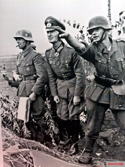 Reporting to the division commander, Orel area, 1941. From left to right: Oberstleutnant Alexander Conrady of the 36.Infanterie-Division [motorisiert]) and Generalmajor Hans Gollnick, Kommandeur 36. Infanterie-Division [motorisiert]).