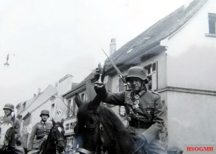 Generaloberst Georg Lindemann riding a horse while holding a goblet. He is wearing a stahlhelm M18 Kavalleriehelm.