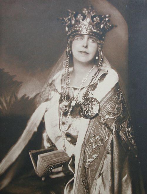 Coroana Reginei Maria cu svastica