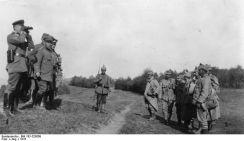 Prizonieri români interogaţi de ofiţeri germani în trecătoarea Rucăr-Bran.