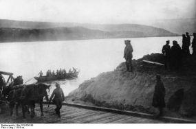 Generalul August von Mackensen la trecerea trupelor germane peste Dunăre pe la Sviştov-Zimnicea, 23 noiembrie 1916.