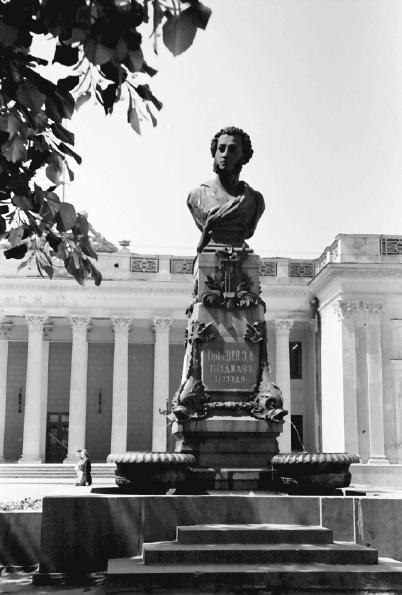 Monumentul lui Puşkin de pe faleza oraşului Odesa, iunie 1943