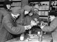 1944 prizonieri germani alături de un prizonieri român în magazinul lagărului