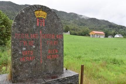 Fylkessteinen ved E134, ved Favnabø. Den gamle fylkesgrensen.