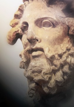 Hoofd van een Titaan, Nationaal archeologisch museum te Athene