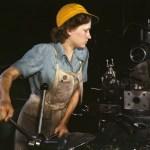 """Een """"Rosie"""" aan het werk met een revolverkopdraaibank in Fort Worth in 1942."""