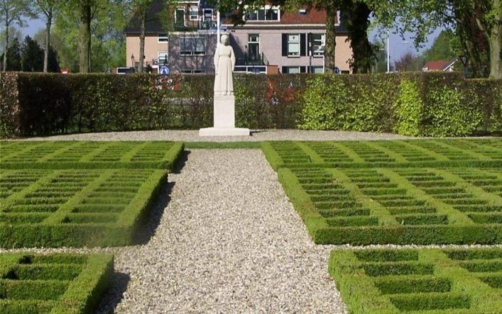 Razzia van Putten - Herdenkingshof met Vrouwtje van Putten en 660 symbolische graven (CC BY-SA 3.0 - Brbbl - wiki)