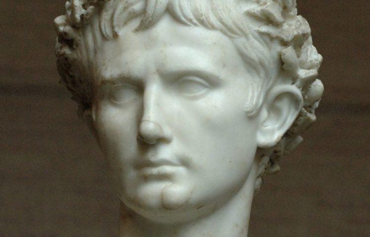 """Postuum portret van keizer Augustus met corona civica (zogenaamde """"Augustus Bevilacqua""""-buste, 45-50, Glyptothek München)."""
