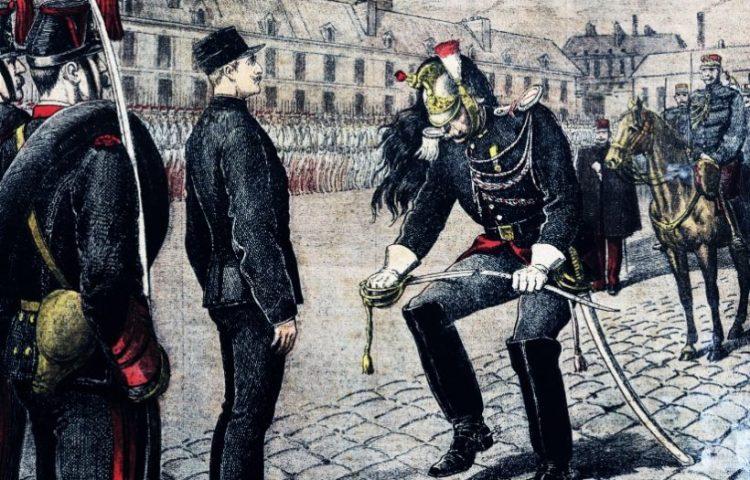 Alfred Dreyfus wordt uit zijn rang gezet