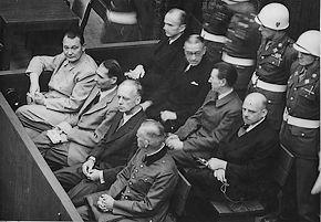 Acht van de aangeklaagden tijdens het eerste proces in Neurenberg