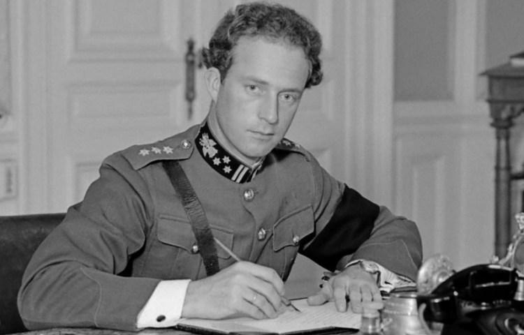 Koning Leopold III achter zijn bureau in het paleis te Laken 1934