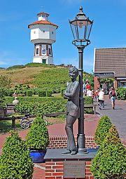 Standbeeld van Lili Marleen onder de lantaarn op het Duitse Waddeneiland Langeoog