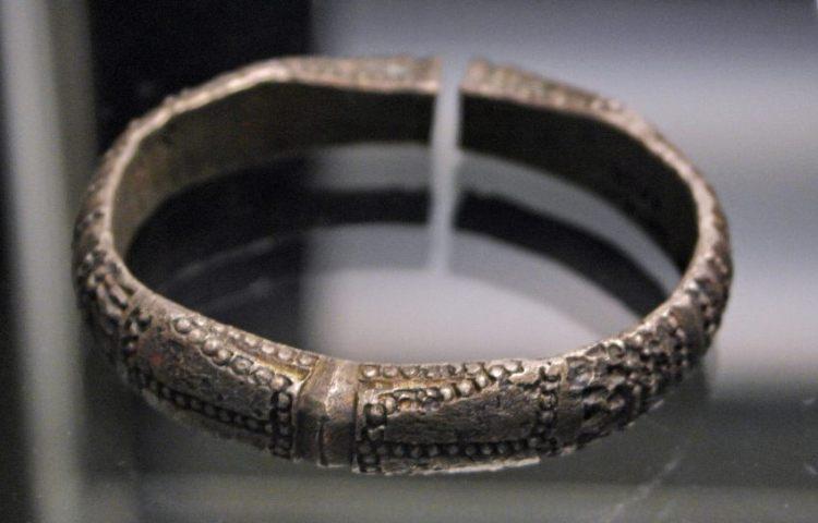 Zilveren armband uit Dorestad (800-850), Rijksmuseum van Oudheden, Leiden.JPG Zilveren armband uit Dorestad (800-850), Rijksmuseum van Oudheden, Leiden