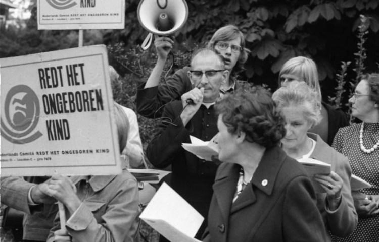 Demonstratie tegen abortus. ca, 1973 (cc0 - Fotoburo de Boer - Noord-Hollands Archief - wiki)
