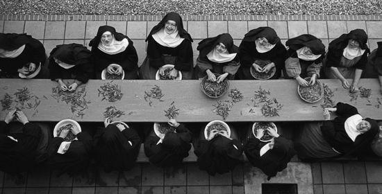 'De boontjesdoppende zusters' (Guus Bekooy, 1961)