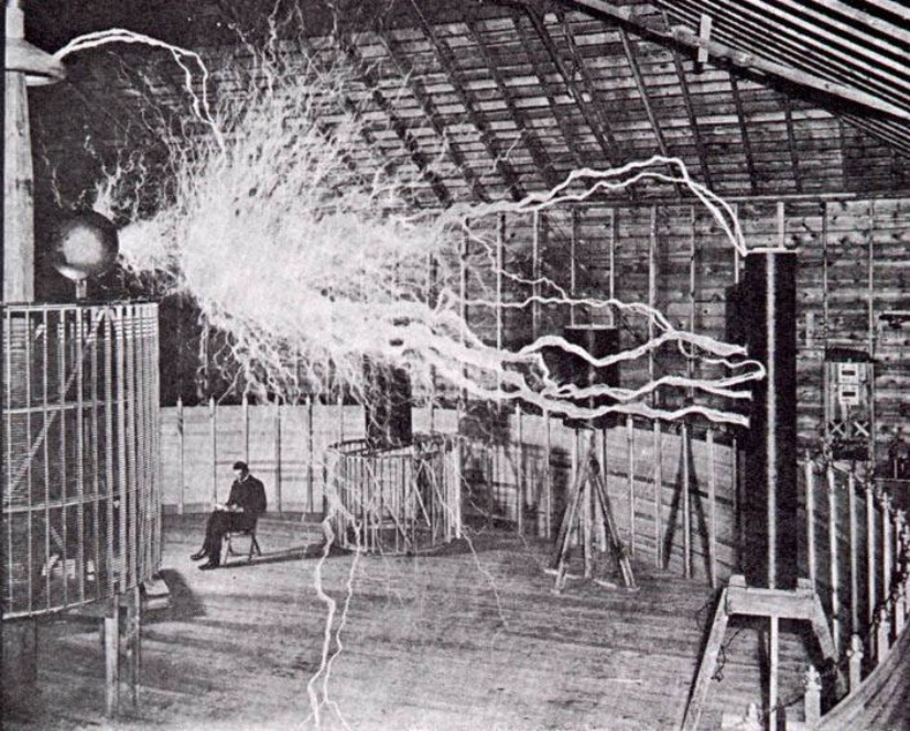 Tesla leest een boek bij licht van kunstmatig opgewekte bliksem