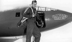 Chuck Yeager voor de XS-1 die hij de naam Glamorous Glennis gaf